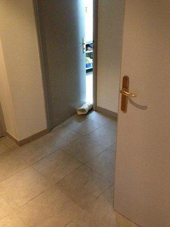 Castel Clara Thalasso & Spa : Türe zur Küche mit Abluft-Schlauch
