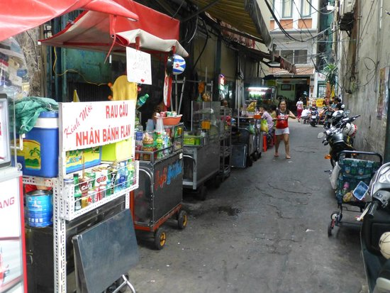 "Sanouva Saigon Hotel: Petite ruelle ""cuisine"" à côté du SANOUVA"