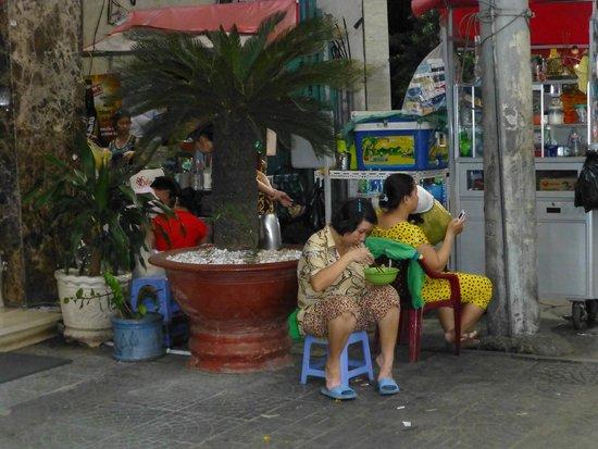 Sanouva Saigon Hotel: Cuisine de rue à côté de l'hôtel