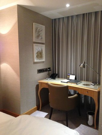 Conrad London St. James: Desk in the room
