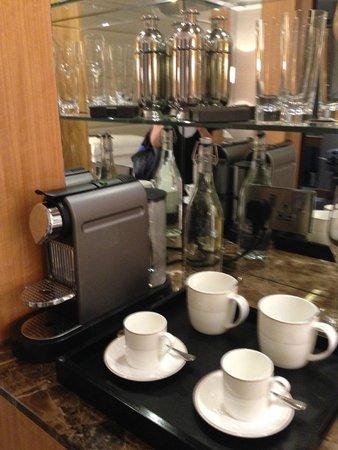 Conrad London St. James: Coffee maker & cups
