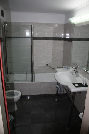 Olympic Palace Resort Hotel & Convention Center: Salle de Bain