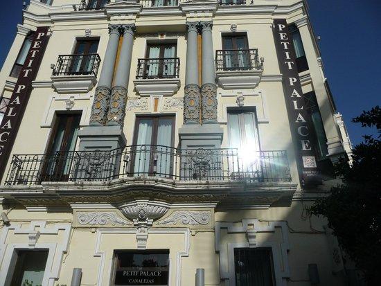 Petit Palace Canalejas Sevilla : Façace de l'hôtel Canaléjas - fait l'angle de deux rues