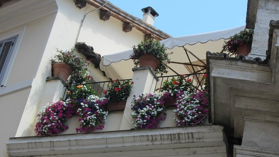 Relais Trevi 95 Boutique Hotel : The outside view of the breakfast location