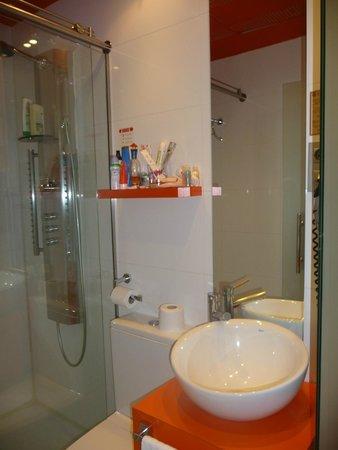 Petit Palace Canalejas Sevilla: Salle de bain, étroite mais fonctionnelle,