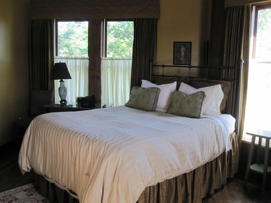 Wallace Manor Bed and Breakfast: Bed