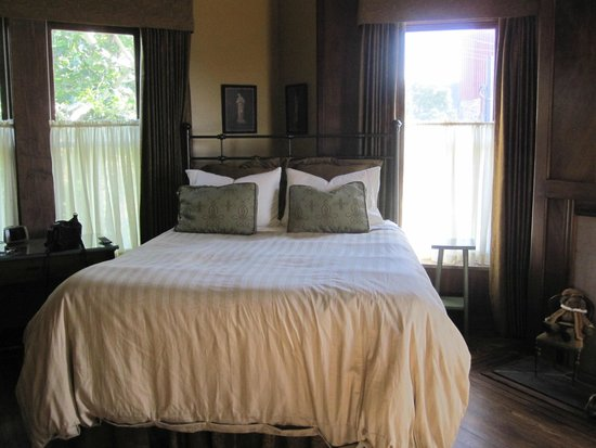 Wallace Manor Bed and Breakfast: Room