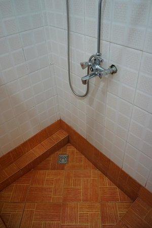 Flamingo Safari Lodge & Camp Site: Clean bathroom, weak water pressure