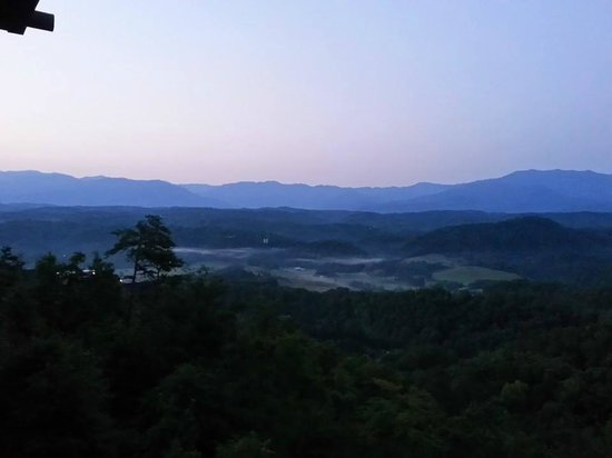 Gatlinburg Falls Resort: Our view from the hot tub at dawn