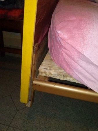 Hotel Club Italgor: Matratze auf Holzpalette