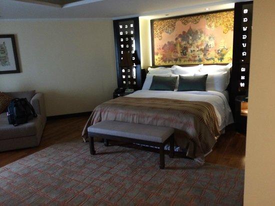 Anantara Riverside Bangkok Resort: big bed- comfy!