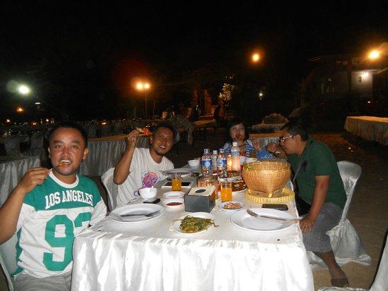 Furama Cafe Seafood - Jimbaran Bay: With my family...