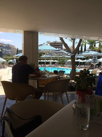 Hilton Athens : Bar mit Schwimmbad