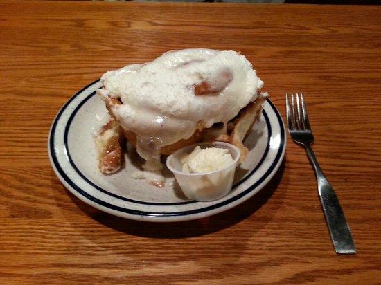 Iowa Machine Shed Restaurant: Best Cinnamon Roll in America!!!