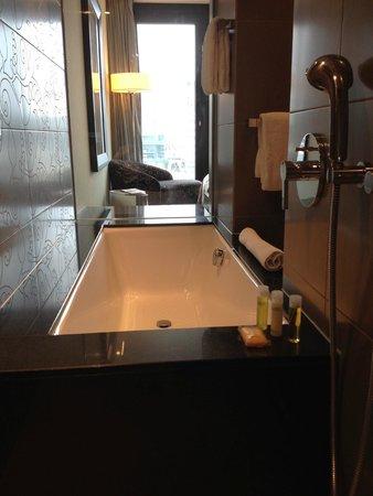 Hyatt Regency Dusseldorf: Bath in room