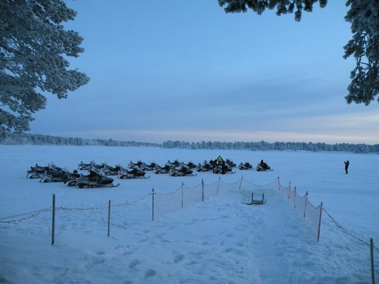 Lapland Hotel Hetta: Le lac avec les moto-neige de l'hôtel