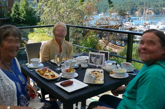 The Dining Room at Brentwood Bay Resort & Spa : Seagrille deck