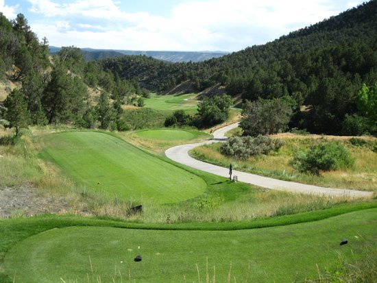Lakota Canyon Golf Course: View from the tee on the par 5 fifth