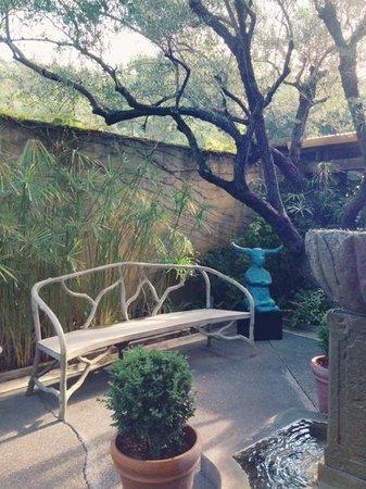 Auberge du Soleil: Garden/sitting area