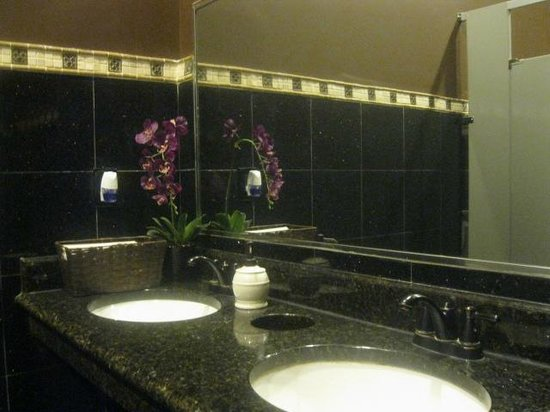 Red Bowl Asian Bistro: bathroom