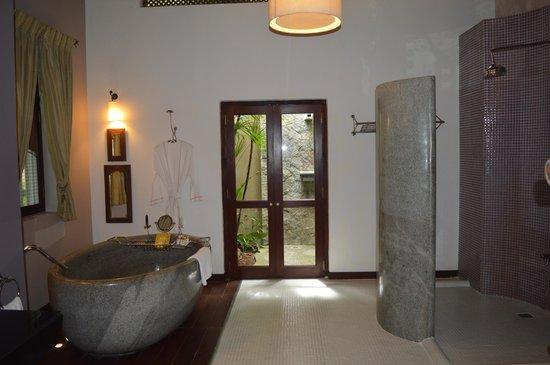 Reef Villa & Spa: Inside Bathroom