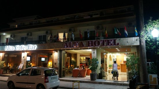 Alea Hotel: Picture of hotel at night