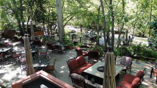 L'Auberge de Sedona: Restaurant area next to the river