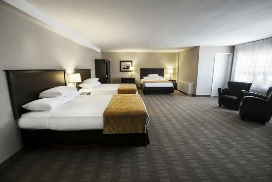 Skyline Hotel & Waterpark : The Family Suite has three queen size beds