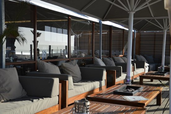 Blue Lagoon: Loungebanken met uitzicht op het strand en de zee