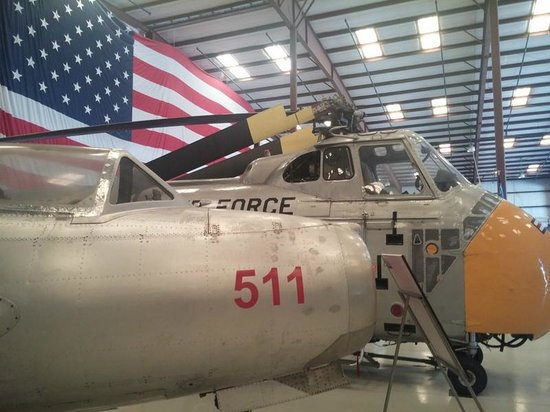 Valiant Air Command Warbird Museum : love the giant flag