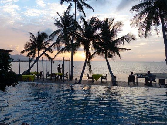 Tango Luxe Beach Villa: coucher de soleil depuis la piscine