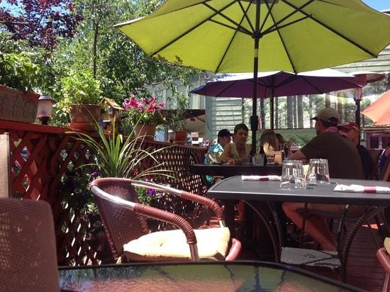 Heather's Savory Pies and Tapas Bar: Heather's patio. Ambience is 4 stars.