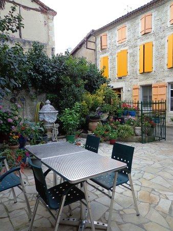 Hotel Restaurant du Midi: Une jolie terrase extérieure