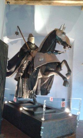 Chateau Belcastel : cavalier à l'intérieur du chateau