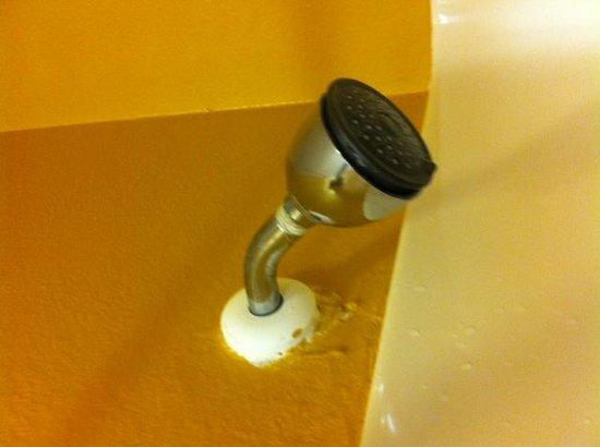 La Copa Inn Beach Hotel: damaged showerhead