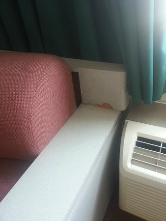 Quality Inn Midway Airport: couch by the window