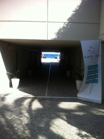 Sheraton Rhodes Resort : passage évitant la route