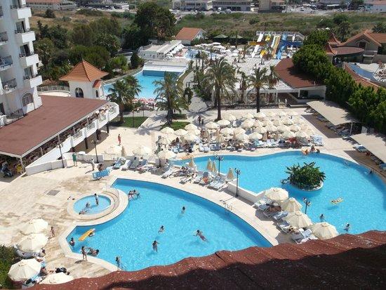 Serenis Hotel: Вид из номера на бассейн днём