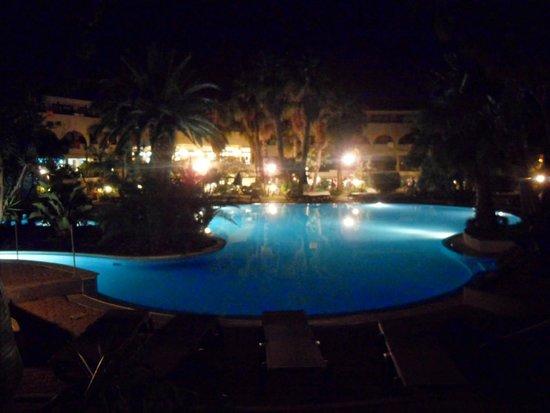 Fiesta Hotel Garden Beach : vista notturna della piscina