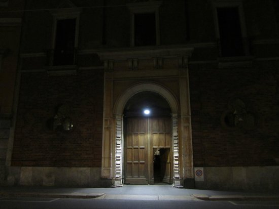 Brera Apartments: From the street to the court through the wooden gate