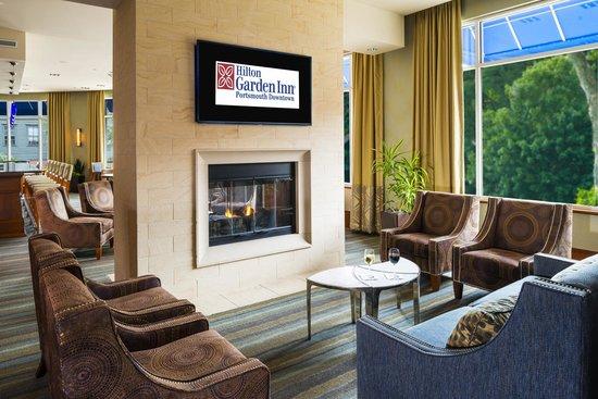 Hilton Garden Inn Portsmouth Downtown: Fireplace