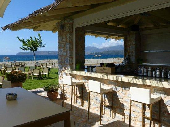 Castello Antico Beach Hotel: Vue depuis le bar de la piscine vers la plage