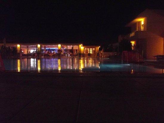 Lavris Hotel Bungalows: le bar et son reflet dans la grande piscine