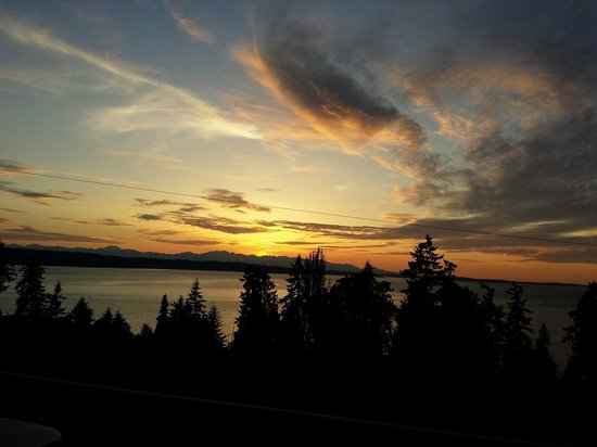 Olympic View Bed and Breakfast Cottage: Sunset over the Sound