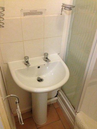 Cannards Well: Shabby bathroom