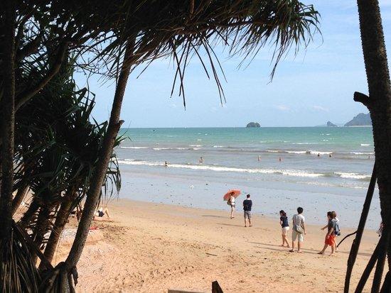 Aonang Villa Resort : Ao Nang Beach right outside the hotel