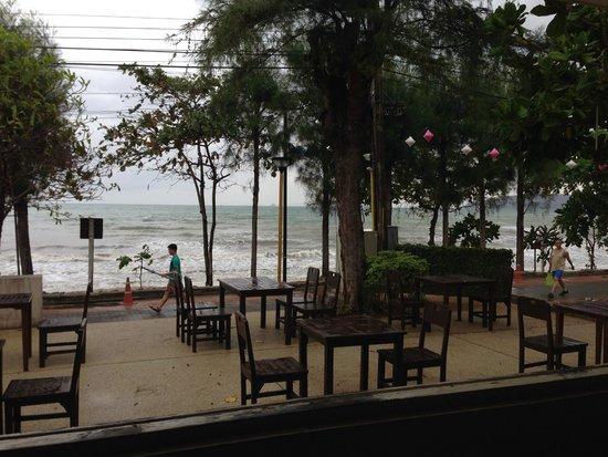 Aonang Villa Resort : beach-front dining at hotel (White Elephant Restaurant)