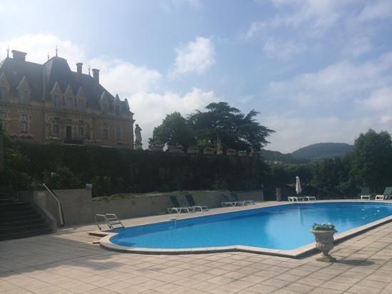 Chateau d'Urbilhac : Zwembad met een mooi zicht op de vallei en op het kasteel