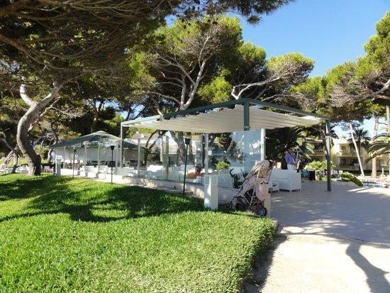 IBEROSTAR Playa de Muro Village: Loungebereich mit Blick zum Pool und zum Strand mit Barbereich