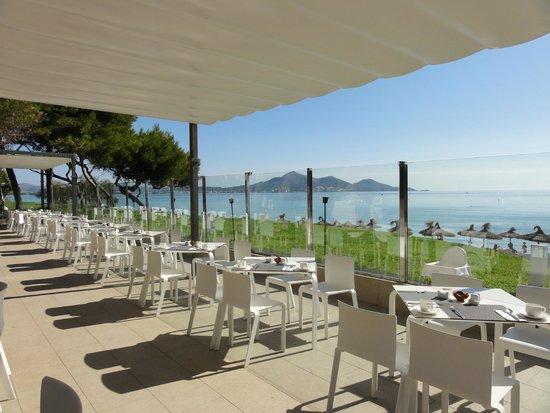 IBEROSTAR Playa de Muro Village: Frühstücks- Abendessenbereich mit direktem Strandblick